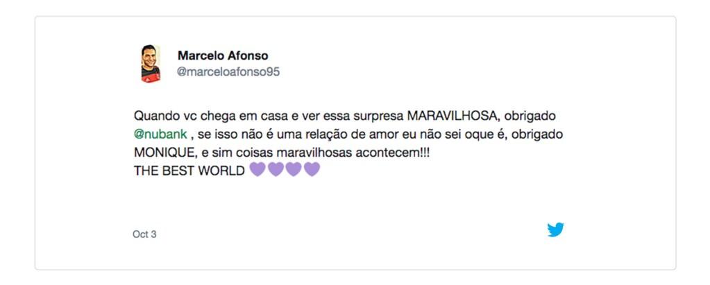 """Tuíte do cliente Marcelo Afonso (@marceloafonso95): """"Quando você chega em casa e vê essa surpresa MARAVILHOSA. Obrigado @Nubank. Se isso não é uma relação de amor eu não sei o que é. Obrigado MONIQUE. E sim, coisas maravilhosas acontecem. THE BEST WORL"""" Seguido de três corações roxos"""