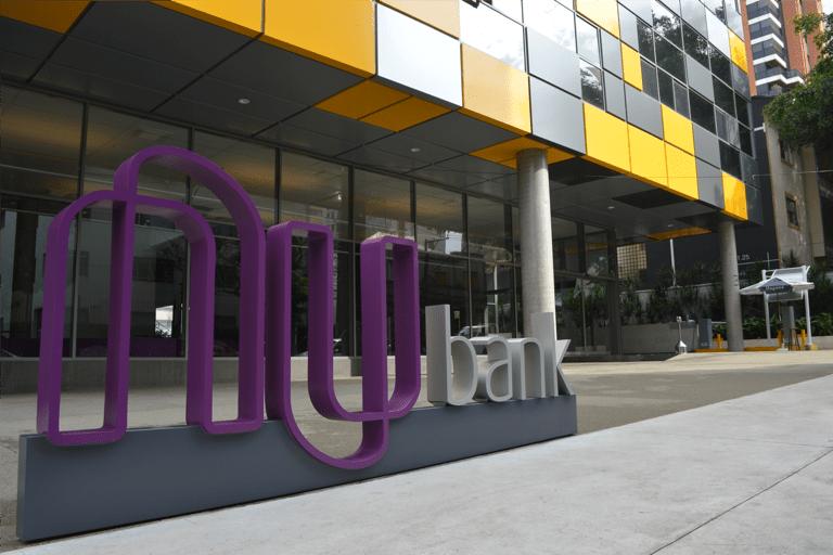 Logo do Nubank na entrada do prédio da empresa, em São Paulo