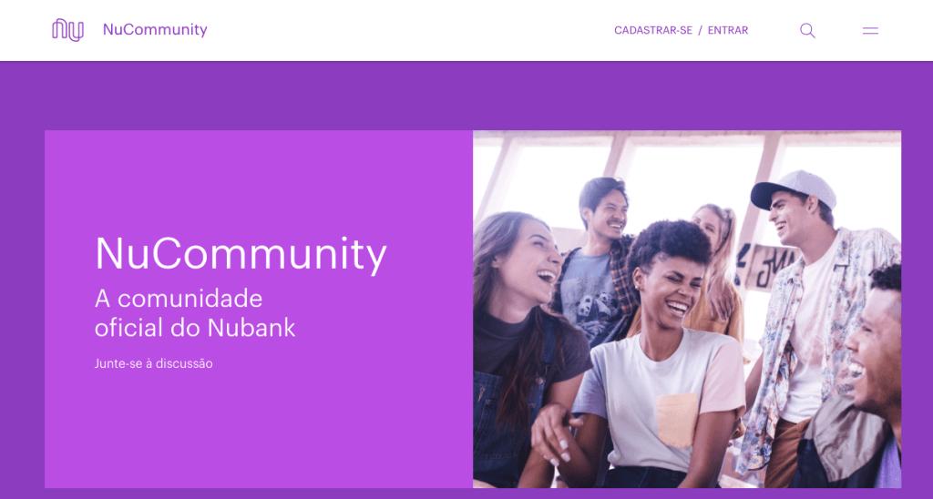 Imagem mostra a tela inicial da NuCommunity: um fundo roxo, uma foto de pessoas rindo juntas e os botões de login