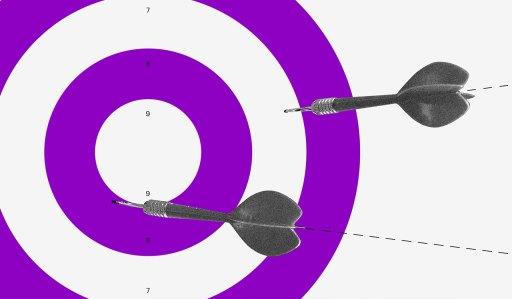 Score: um alvo roxo e branco com dardos sendo atirados nele.