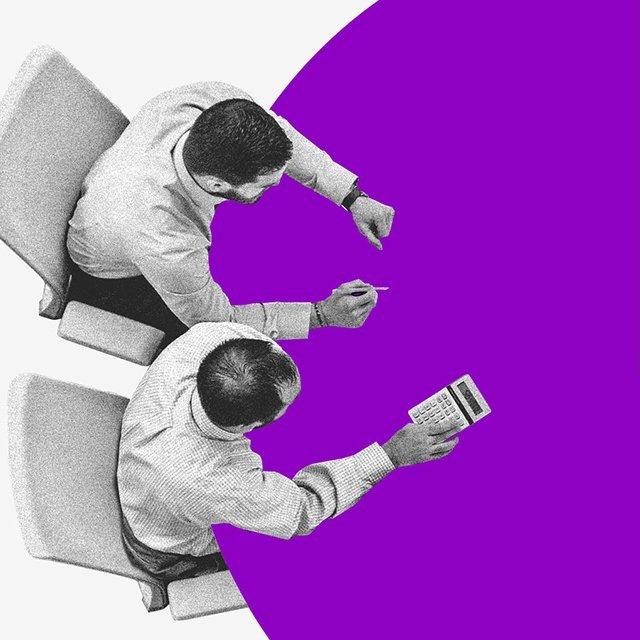"""Copom: uma mesa roxa redonda com três pessoas sentadas, um deles usando calculadora, e um """"pedaço"""" dela vazio com as palavras """"Taxa Selic"""""""