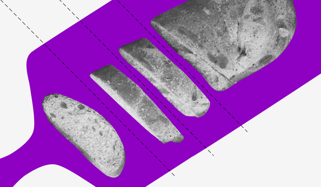 Uma tábua roxa com um pão cortado em pedaços