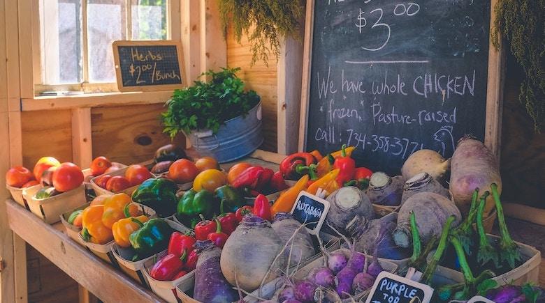 Custo de vida: frutas com preços em um mercado