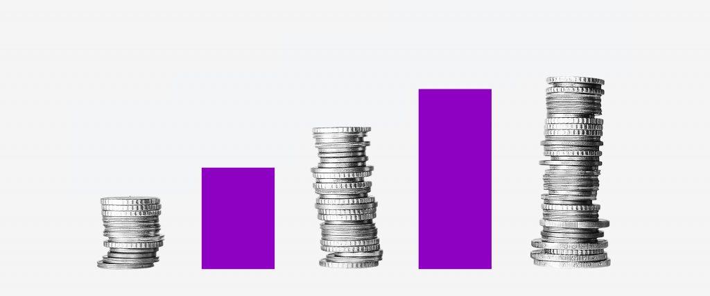 ROI: colagem em formato de gráfico traz uma pilha de moedas ao lado de uma coluna roxa.