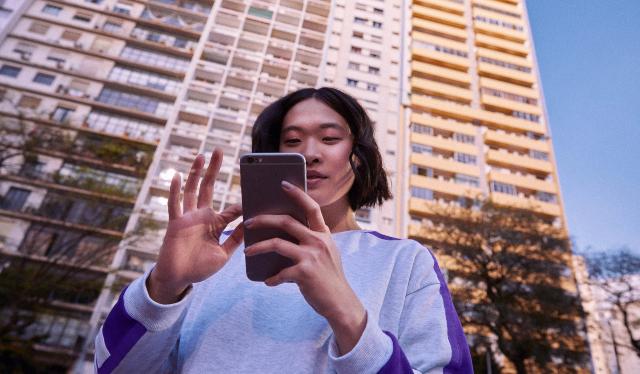 Restituição na conta do Nubank: fotos mostra mãos em primeiro plano segurando um telefone