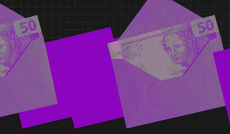 Imagem de envelopes roxos com nota de 50 reais dentro, intercalados por retângulos roxos sobre um fundo preto