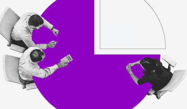 tipos de orçamento: ilustração mostra três pessoas vistas de cima sentadas em uma mesa roxa