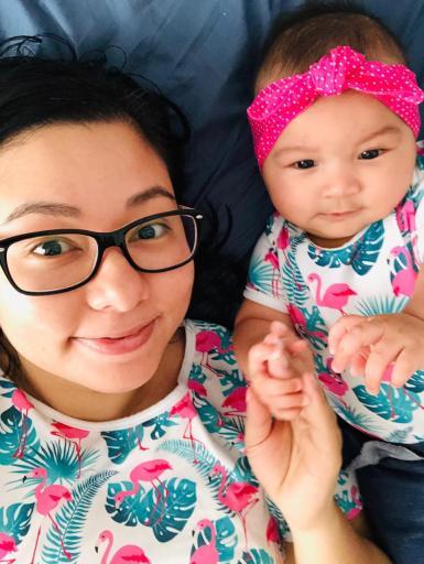 Melissa com sua filha Fernanda, com a roupa de mesma estampa e sorrindo.
