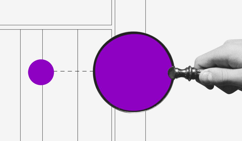 O que é fluxo de caixa: imagem mostra mão segurando uma lupa roxa sobre uma bolinha roxa