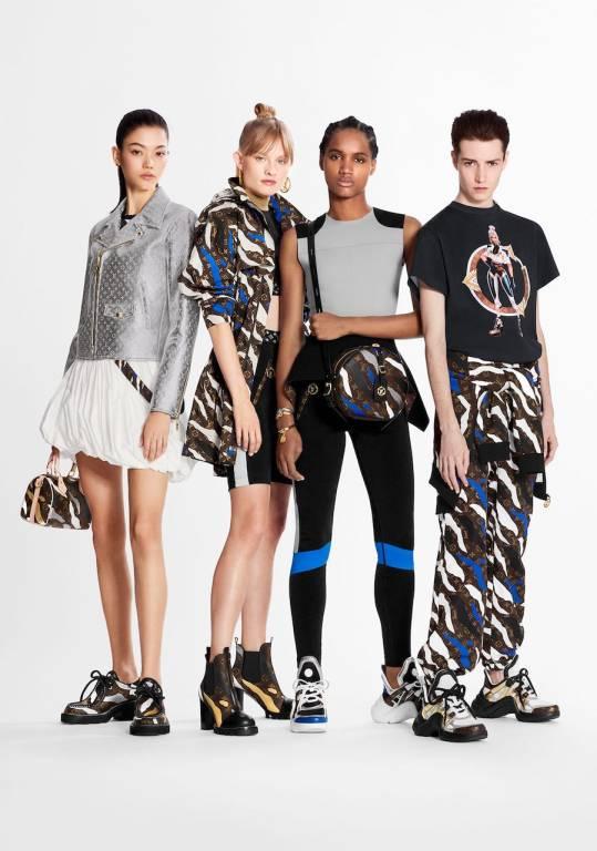 Foto de quatro modelos divulgando a coleção de roupas da Louis Vuitton em parceria com o jogo League of Legends.