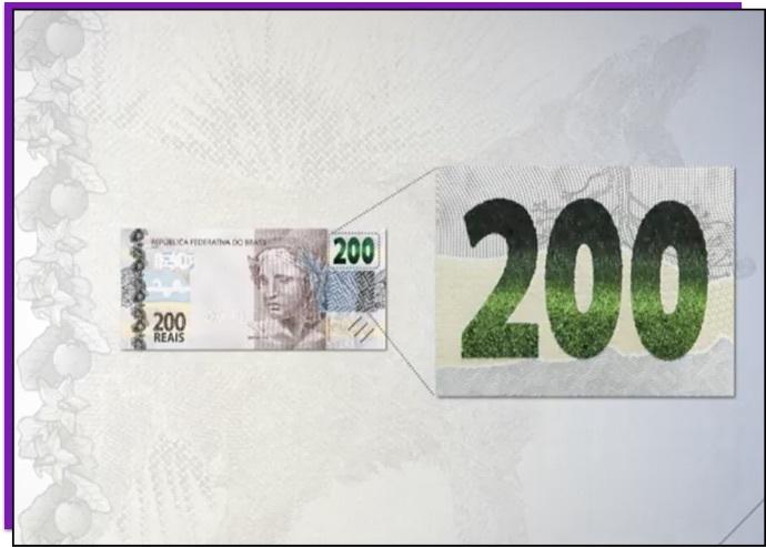 Detalhe da nota de 200 reais que mostra o número 200 com uma faixa brilhante verde ao meio