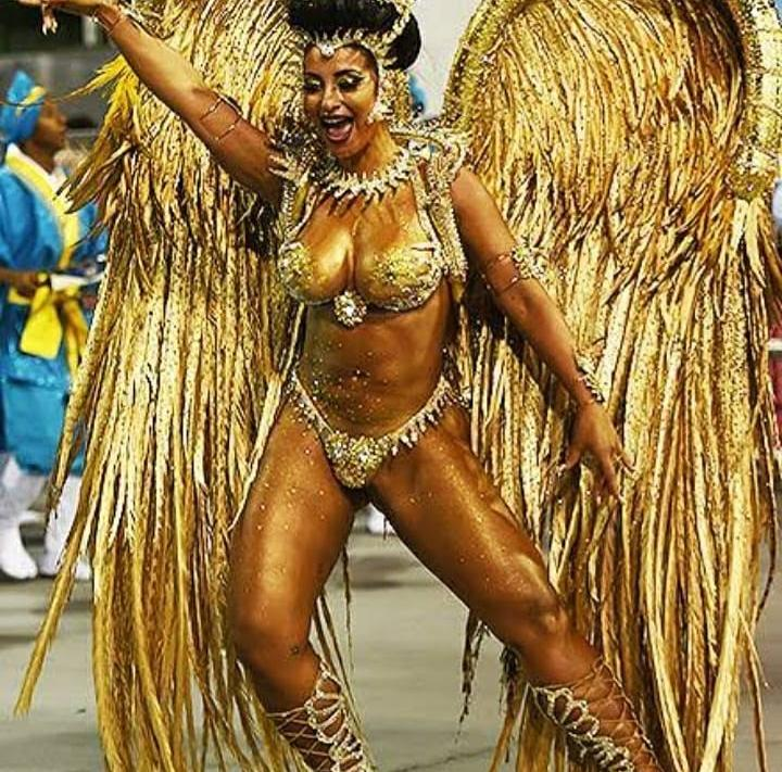 musa de escola de samba veste fantasia dourada no carnaval paulista