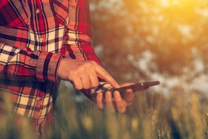 agricultor com smartphone
