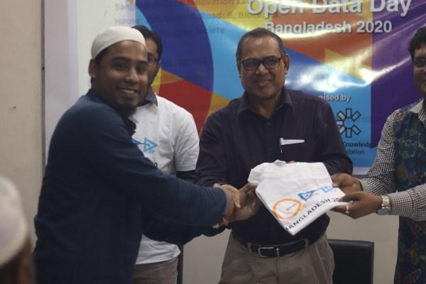Quiz winners receive an Open Data Day T-shirt at the Bangladesh Open University
