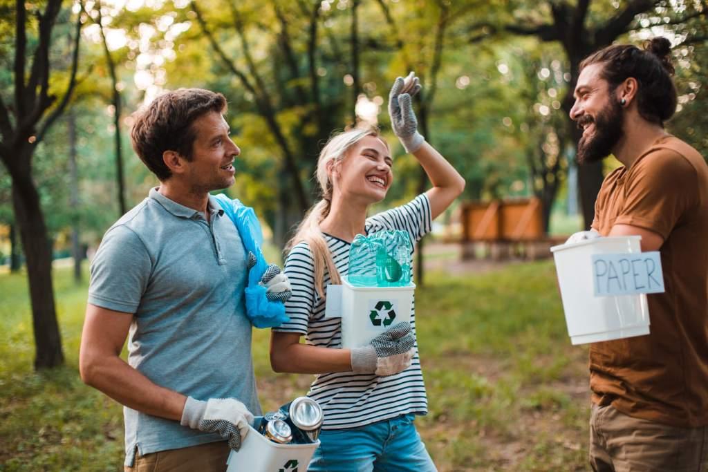 Marido e esposa relaxados encantados posam perto de móveis de cozinha modernos, têm expressões alegres, bebem café para viagem, cercados com caixas de papelão durante o dia da mudança. hipoteca. Foto Premium