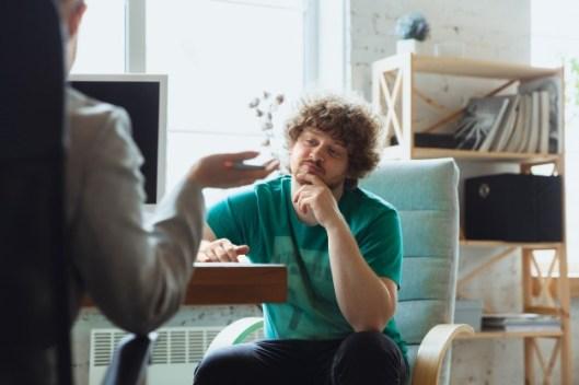 Homem jovem procura ajuda no OLX para encontrar um imóvel para comprar ou alugar