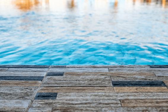 chão castanho ao pé de uma piscina desmontável