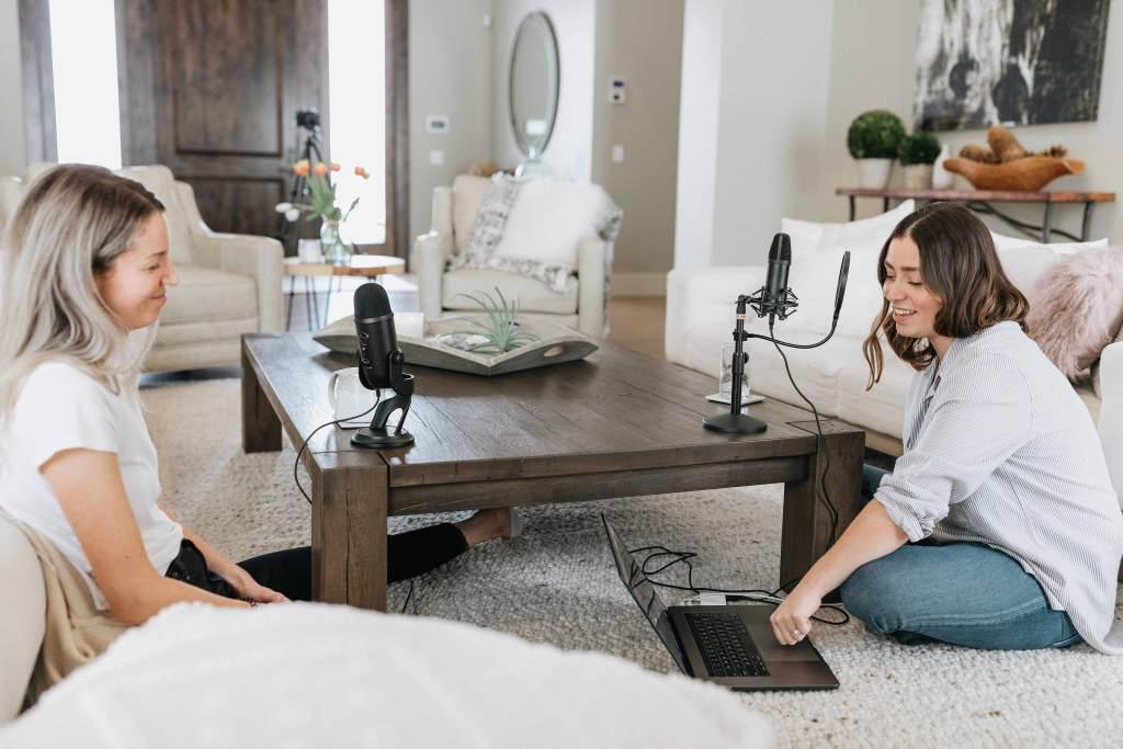 Jovens a gravar podcast em casa
