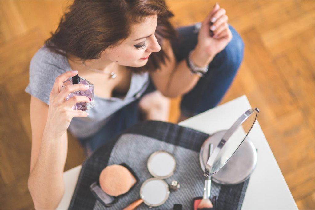7 perfumes baratos unissexo que os dois vão querer usar e abusar title