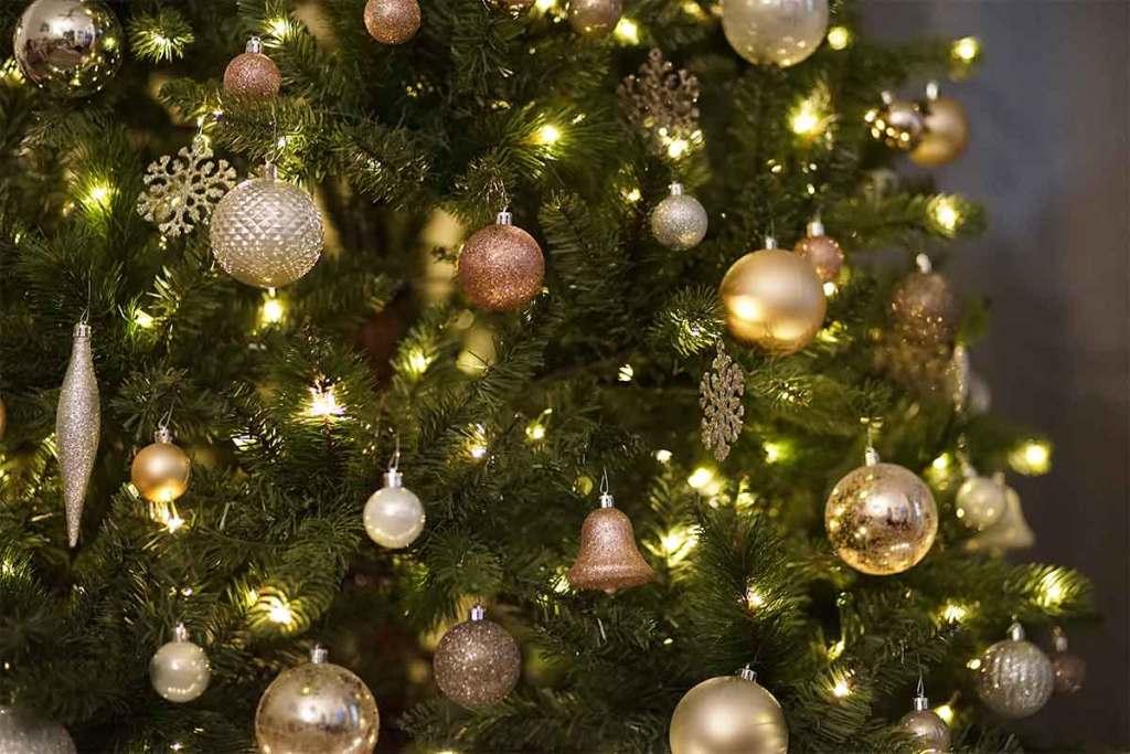 Árvore de Natal com bolas e enfeites dourados