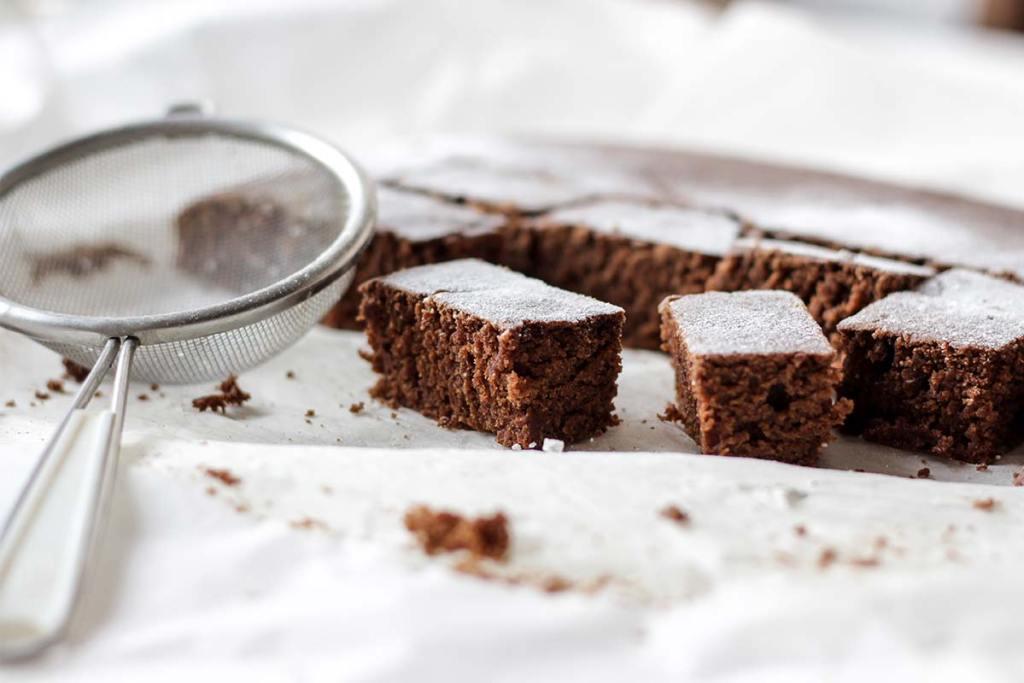 Coador de cozinha e bolo de chocolate