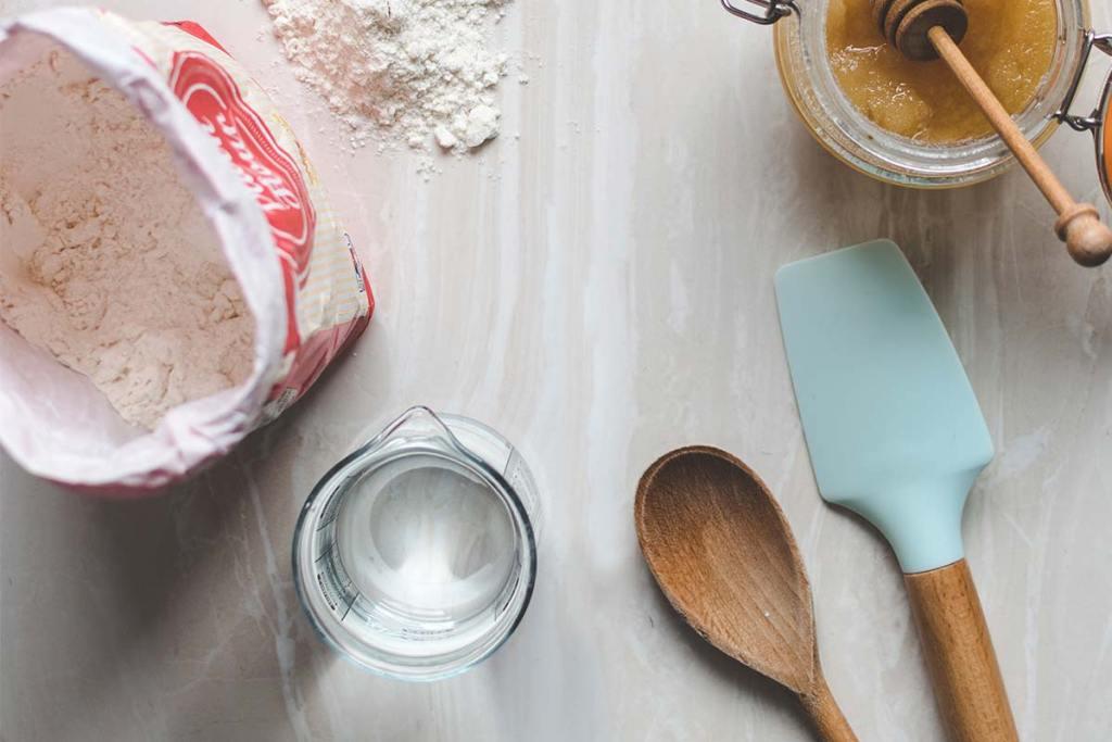 Medidor de cozinha com colher de madeira e espátula de silicone