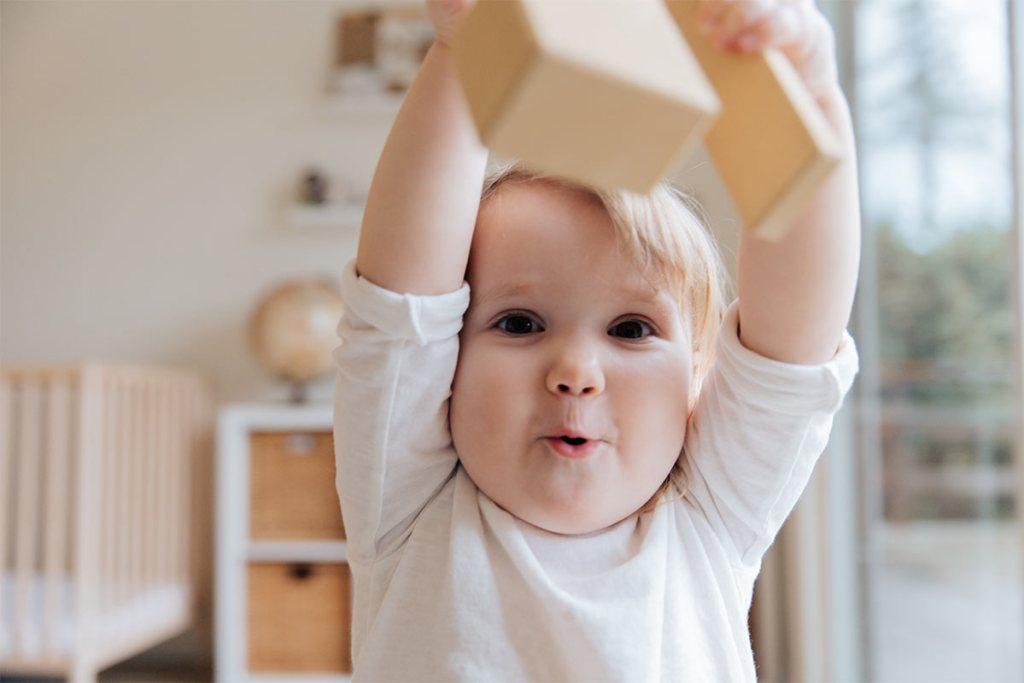 Bebé a brincar com blocos de madeira