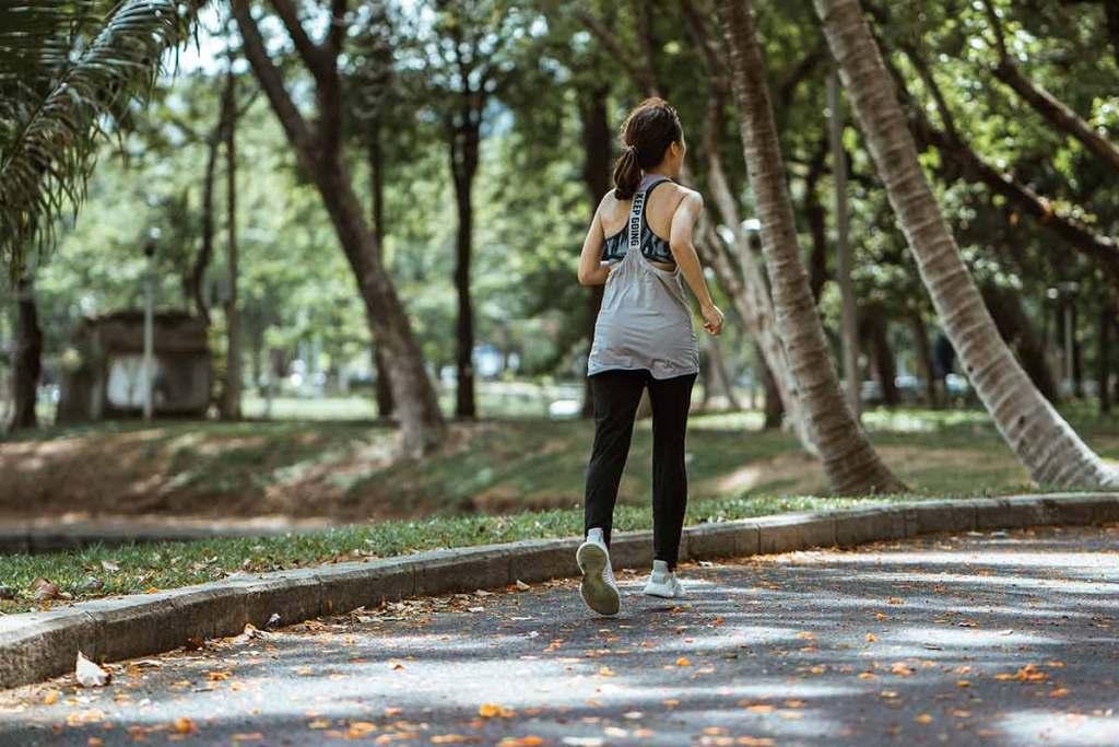 Mulher a praticar running no parque