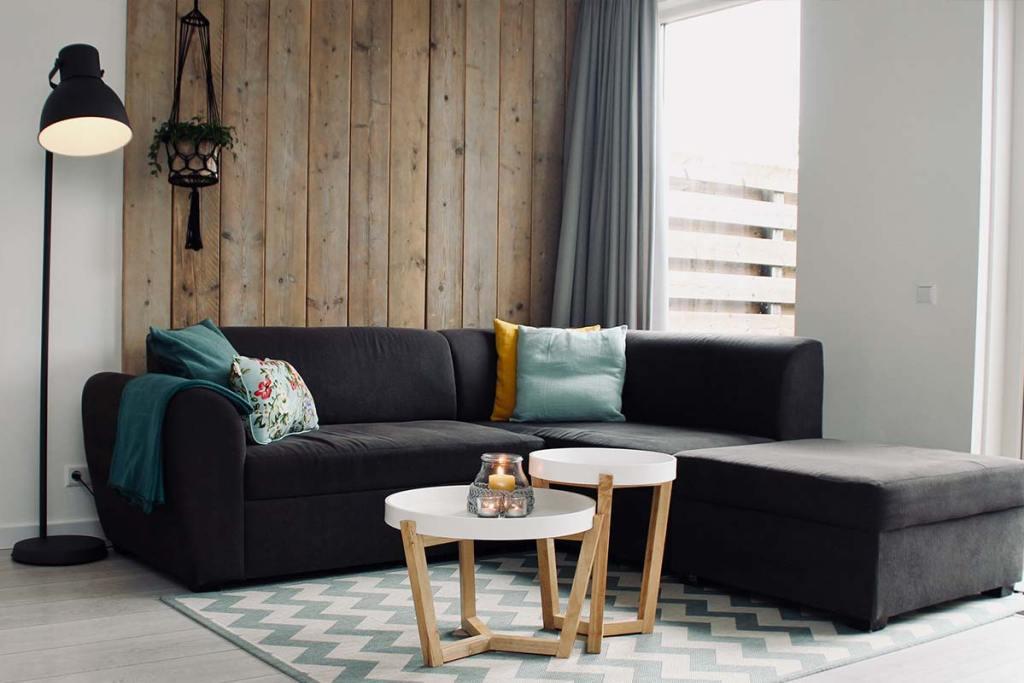 Sala de estar com painel decorativo de madeira