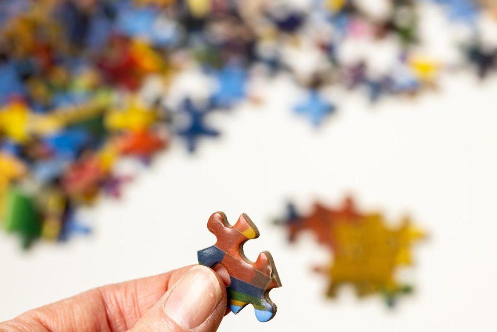 Pessoa a segurar peça puzzle