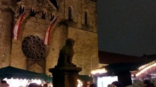 Die Trauerbeflaggung des Doms über dem Osnabrücker Weihnachtsmarkt am 22.12.2016