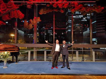 Nicholas mit seinem besten Freund, dem Tenor Joshua Guerrero, bei einer Probe zum Livestream im Holzfoyer der Oper Frankfurt