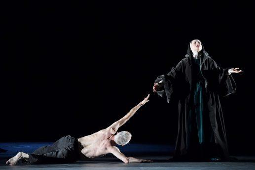 Mit vollem Körpereinsatz: Frank Albrecht (links) und Kelsey Lauritano in Pergolesis »Stabat Mater«.