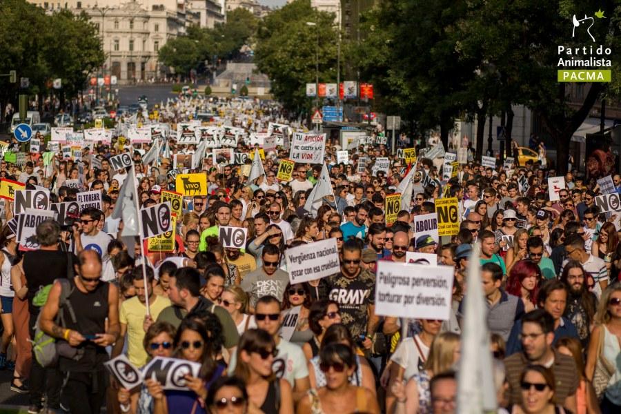 Miles de personas desfilan por la calle Alcalá de Madrid en la multitudinaria manifestación antitaurina celebrada por PACMA en septiembre de 2016