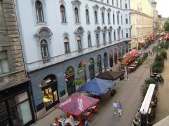 straat van het hotel (1)