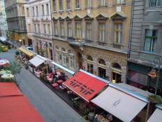 straat van het hotel (2)