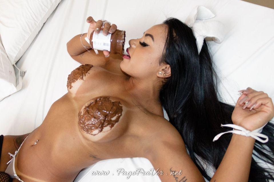 gostosa-pelada-com-nutella
