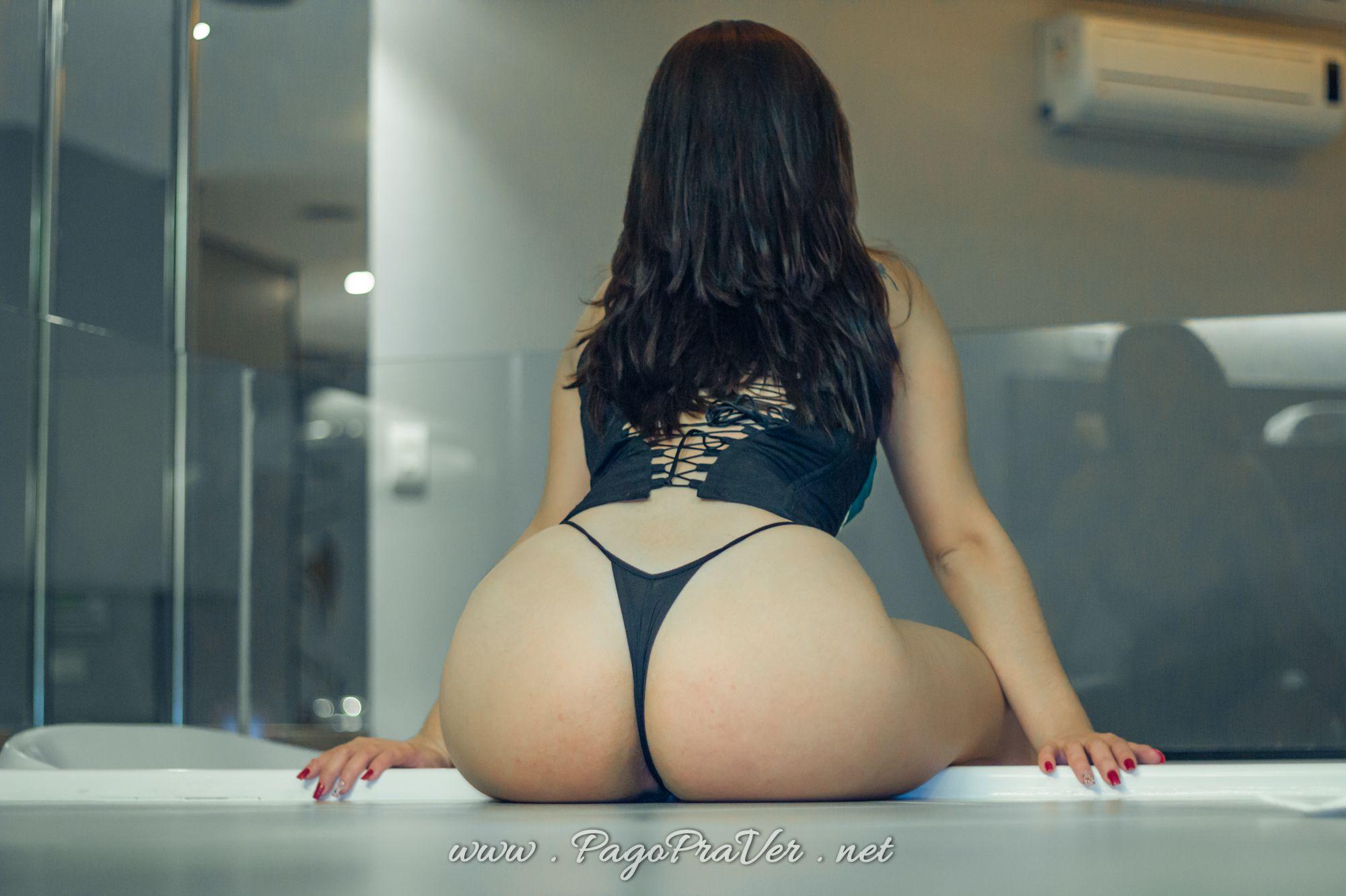 garota rabuda na banheira