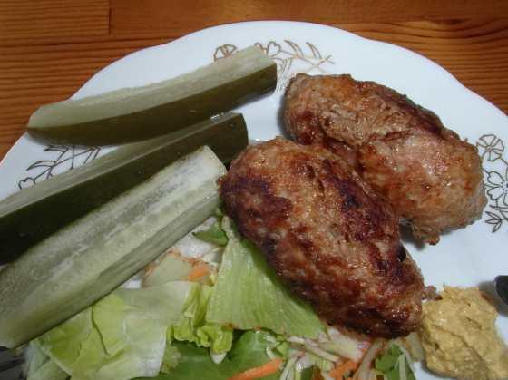 Čevabčiči s okurkami a hořčicí na salátě
