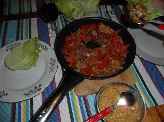 Fajitas na stole, avokádový dip podobný guacamole, listy a fajitas