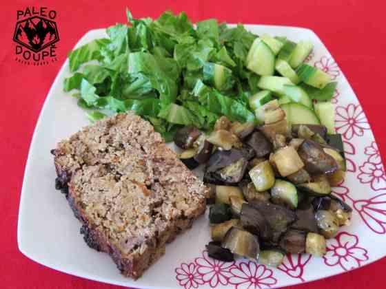 Sekaná s játry, grilovaná zelenina a salát