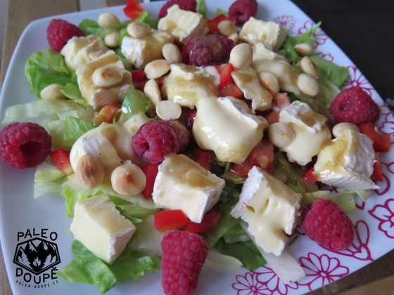 Salát se sýrem, malinami a mandlemi