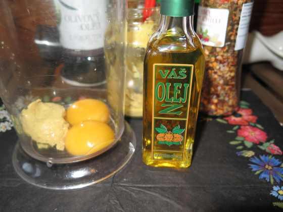 Suroviny na majonézu z vlašských ořechů - olivový olej, vejce, hořčice, olej a chilli s pepřem