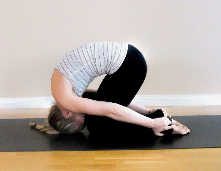 9 poses de yoga faciles pour les douleurs dans le haut du dos