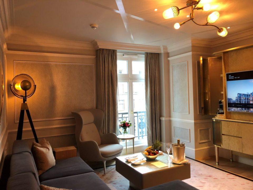 Sala de uma das suítes do renovado hotel de luxo Mandarin Oriental Hyde Park London