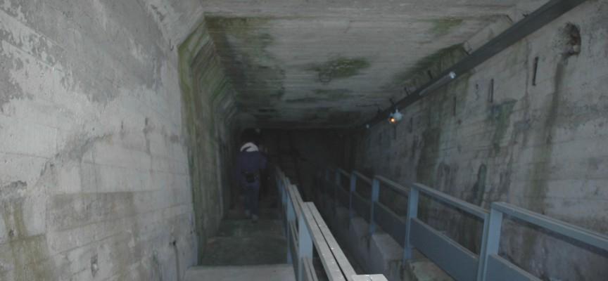 Un double escalier à l'entrée du tunnel de béton
