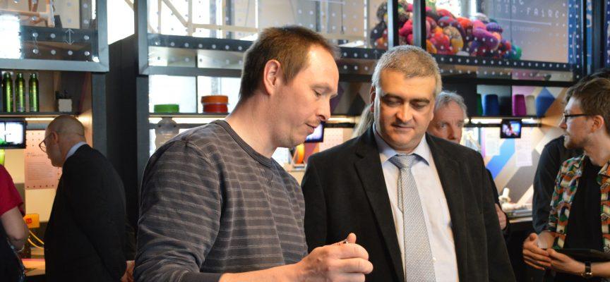 Conseiller de Fedustria pour la Wallonie, Guy De Muelenaere visite la Fabrique à pixels.