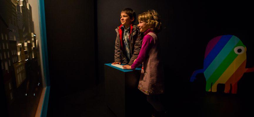 Enfants contemplant la ville illuminée