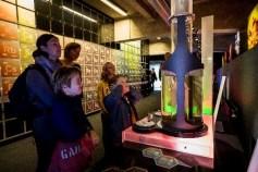 Enfants s'amusant avec la fusée dans le Lab'expo chimie