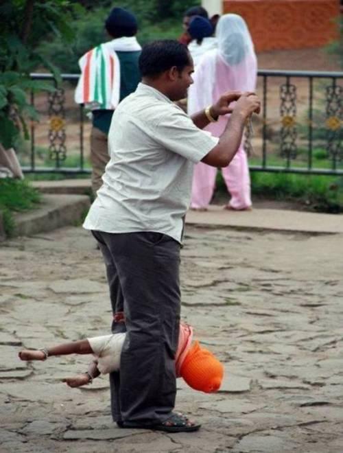 Patroa inteligente leva a babá pra ficar segurando a criança enquanto ela tira foto